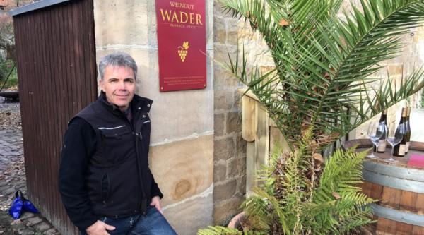 Winzer-Andreas-Sch-ffer-am-Tor-seines-Weinguts-Wader_900-500